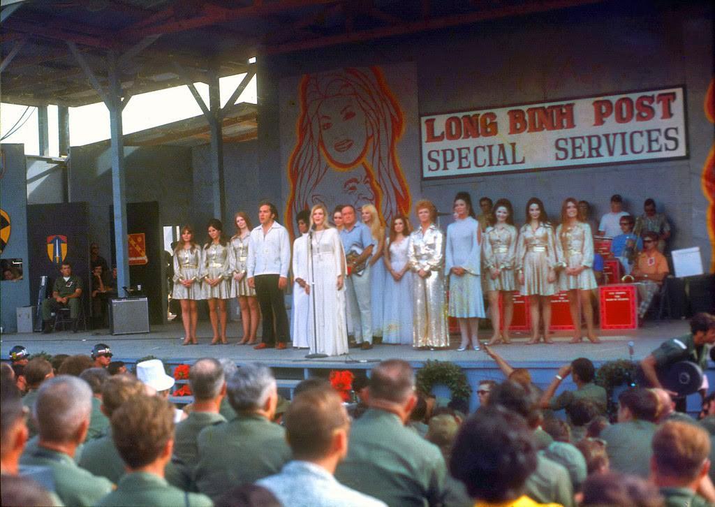 """Gloria Loring và diễn viên biểu diễn """"Silent Night"""" tại Long Bình, Biên Hoà năm 1970 (Photo: Mikerophoto)"""