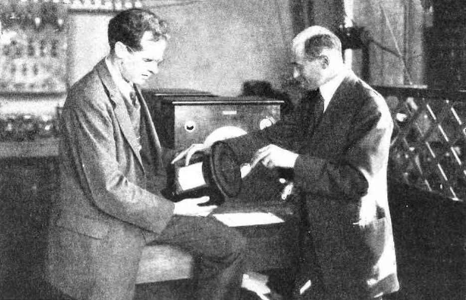 Edward W.Kellogg và Chester W.Rice cùng với chiếc loa hiện đại của họ